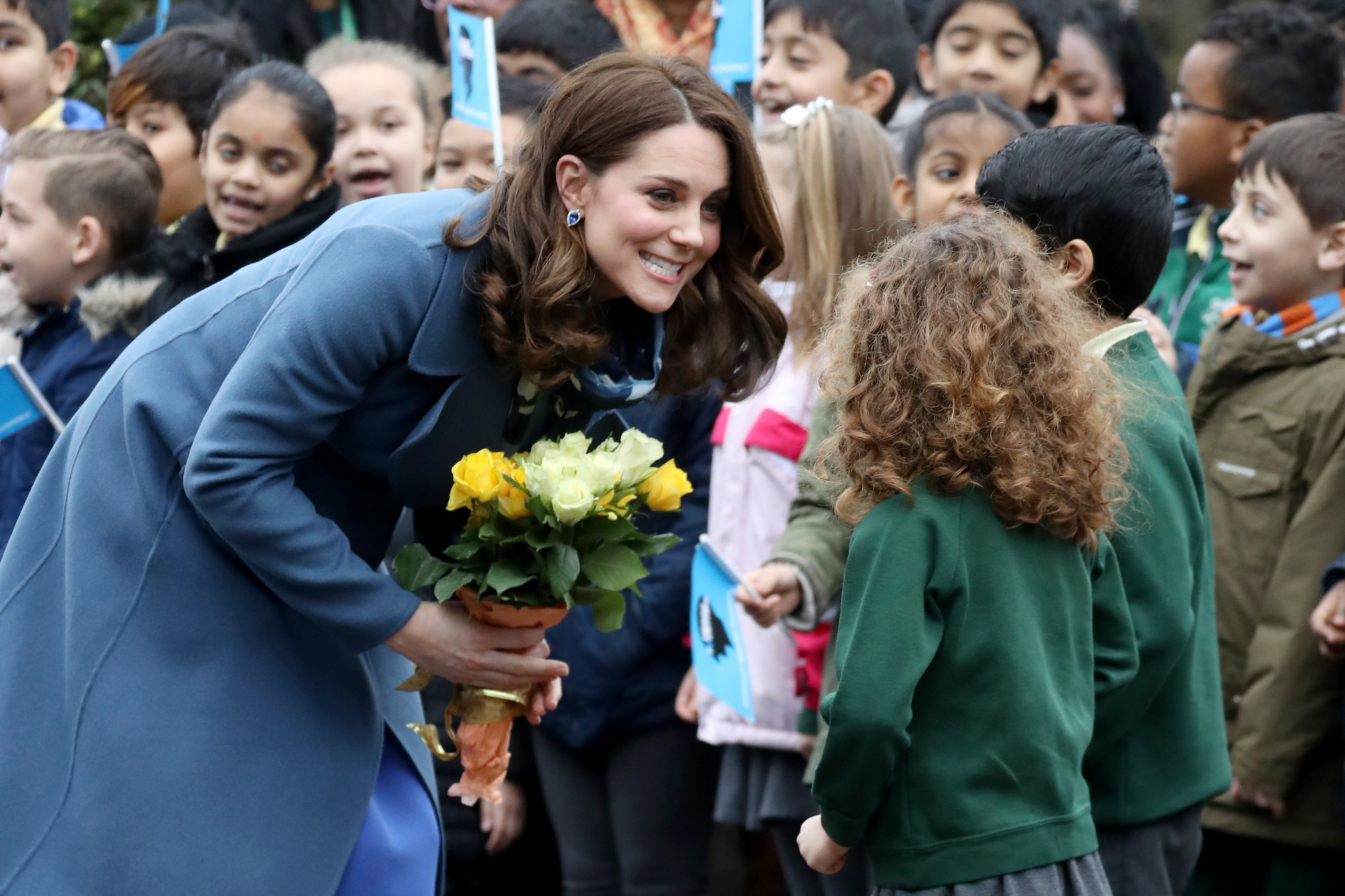LONDON, ENGLAND - JANUARY 23:  Catherine, Duchess of Cambridge talks to children as she visits Roe Green Junior School on January 23, 2018 in London, England to launch a programme that supports children's mental health at school.  (Photo by Chris Jackson/ (Foto: Getty Images)