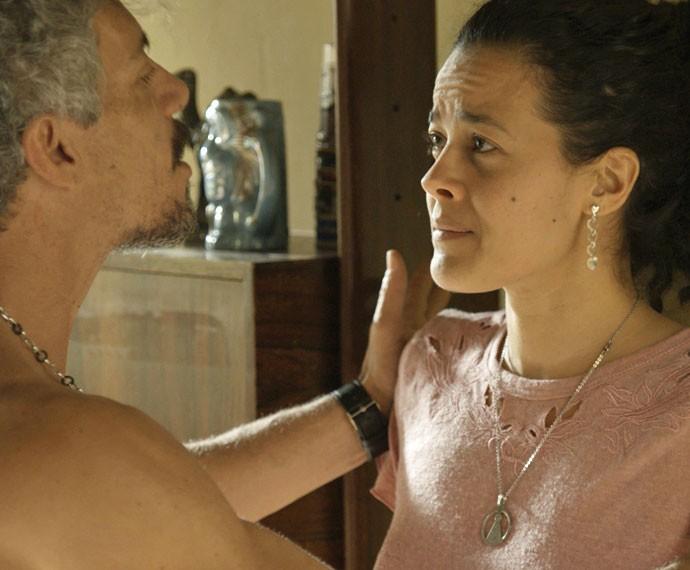 Domingas chora e é humilhada pelo marido (Foto: TV Globo)