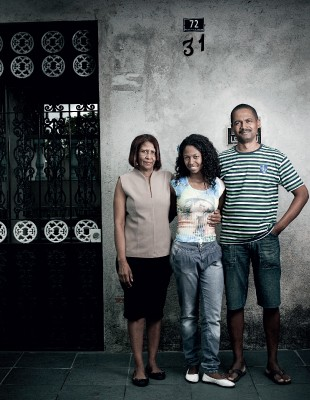 DESVANTAGEM Ariane entre a mãe, Marisa, e o pai, Lenaldo. Ela tem menos chance  de entrar na universidade (Foto: Camila Fontana/ÉPOCA)