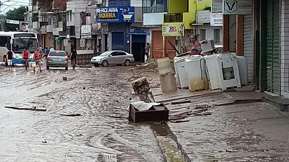 Em Barreiros, lama tomou conta das ruas da área central (Foto: Camila Torres/ TV Globo)