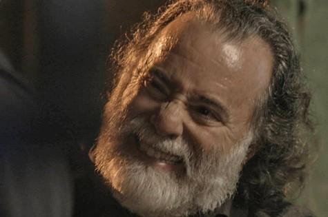Zé Maria (Tony Ramos) impedirá que facção mate o filho (Foto: Reprodução/TV Globo)