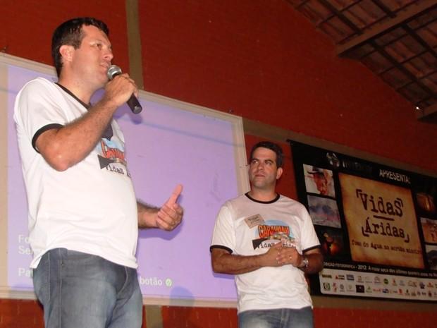 Jornalistas Geraldo Humberto e Délio Pinheiro levam 'Vidas Áridas' para Taiobeiras (Foto: Michelly Oda/G1)
