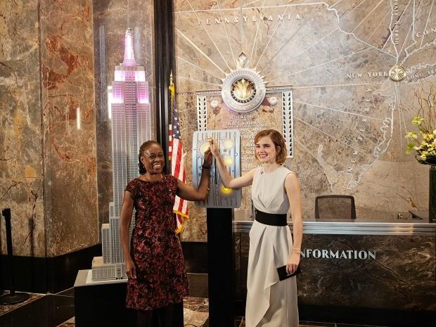 Emma Watson e Chirlane McCray acendem de rosa o Empire State Building em Nova York (Foto: Divulgao/ONU Mulheres)
