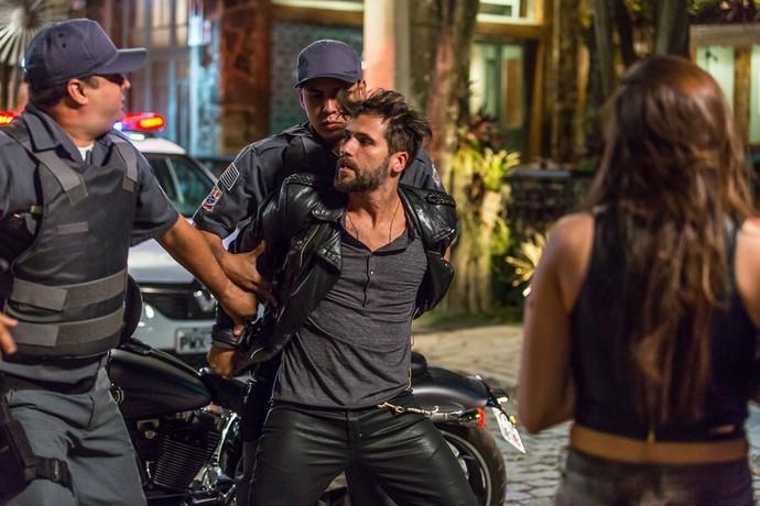 Depois de confusão, polícia intercepta Mario (Foto: Artur Meninea/Gshow)