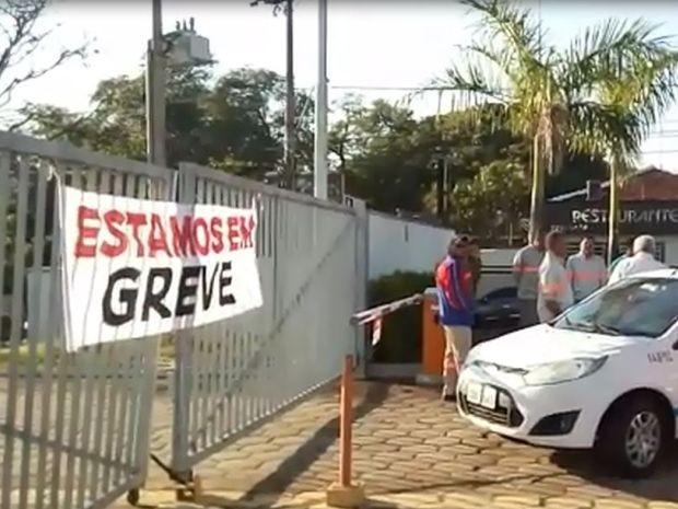 Em Bauru, os servidores da CPFL manifestaram em frente a unidade (Foto: Adelson da Silva Monteiro/Divulgação)
