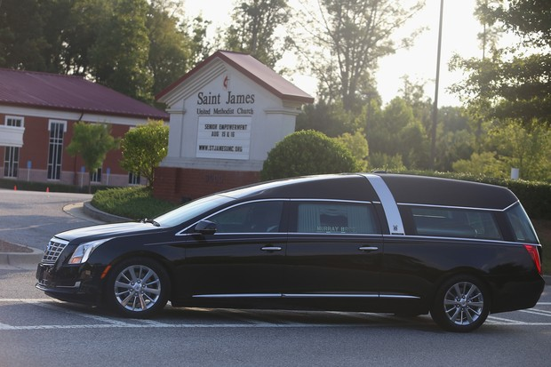 Carro funerário que leva o caixão de Bobbi Kristina (Foto: AFP)