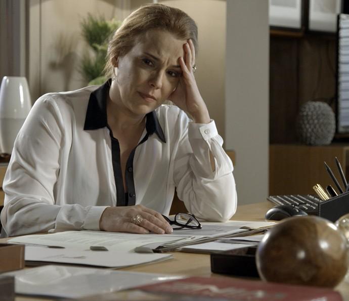 Emília não aguenta ouvir as palavras de Lívia (Foto: TV Globo)