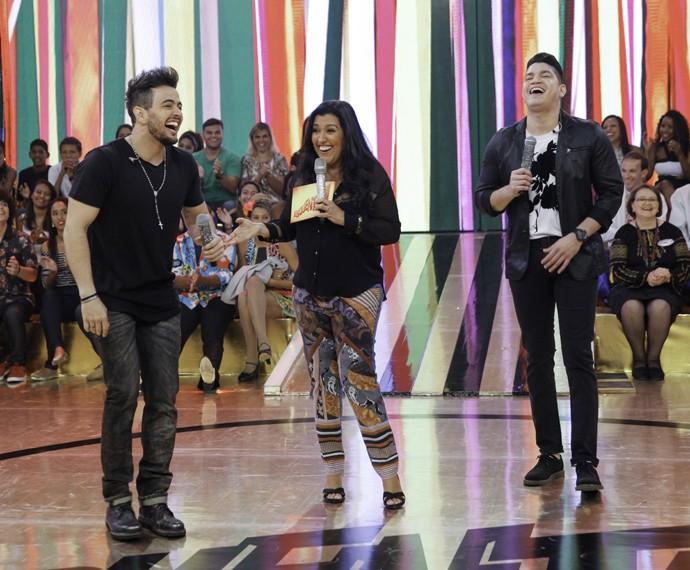 A dupla se diverte no palco com Regina Casé (Foto: João Pedro Januário/TV Globo)