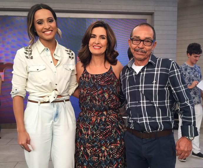 Fátima Bernardes posa com Thaíssa Carvalho e seu pai (Foto: Viviane Figueiredo/Gshow)