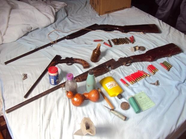 Armamento e munição foram encontrados na casa do suspeito (Foto: Divulgação / Polícia Ambiental )