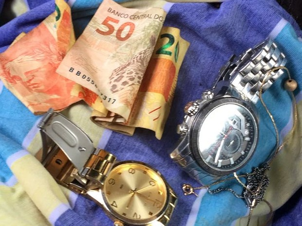 Dinheiro, relógios e colares também foram encontrados com os suspeitos  (Foto: Divulgação/PM)