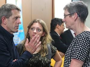 Esposo e filha da vítima se reuniram com a advogada contratada especialmente para o caso (Foto: Luis Henrique Oliveira/Do G1 AM)