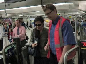 Metrô emprega pessoas que estão disponíveis para ajudar deficientes nos túneis (Foto: BBC)