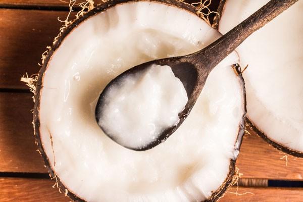 O óleo de coco pode ser utilizado como demaquilante (Foto: Thinkstock)