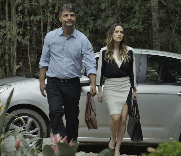 Advogada visita o local com o contador (Foto: TV Globo)