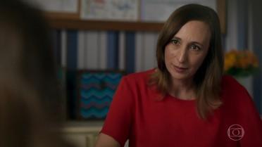 Márcia afirma a Carol que sua bolsa de estudos está ameaçada