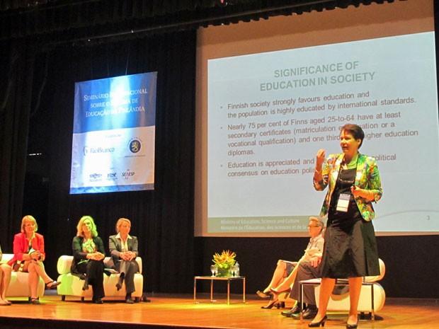 Jaana Palojärvi, diretora do Ministério da Educação da Finlândia, apresenta o sistema finlandês em SP (Foto: Vanessa Fajardo/ G1)