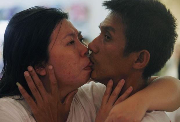 Akekachai e Raksana se beijam atentos aos concorrentes e ao cronômetro durante a disputa na Tailândia (Foto: Chaiwat Subprasom/Reuters)