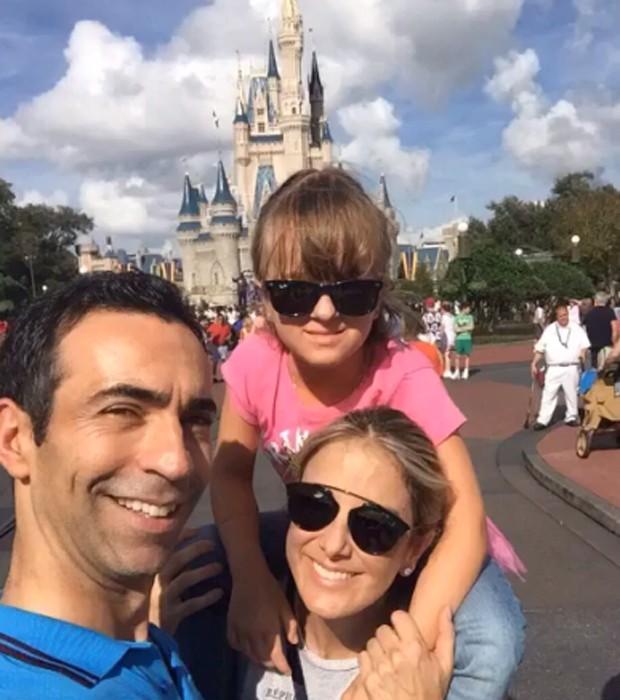 Tralli e Ticiane com Rafaella, filha da apresentadora, na Disney (Foto: Reprodução/Instagram)
