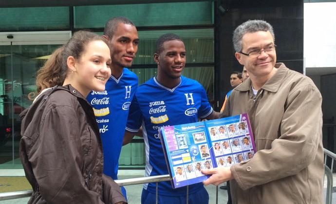 Jogadores de Honduras dão autógrafo para brasileira em Curitiba (Foto: Ana Helena Goebel)