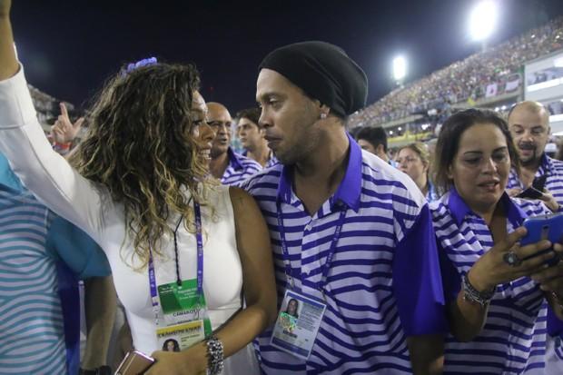 Ronaldinho Gaúcho dá chega mais em Juliana Diniz (Foto: Daniel Pinheiro /AgNews )