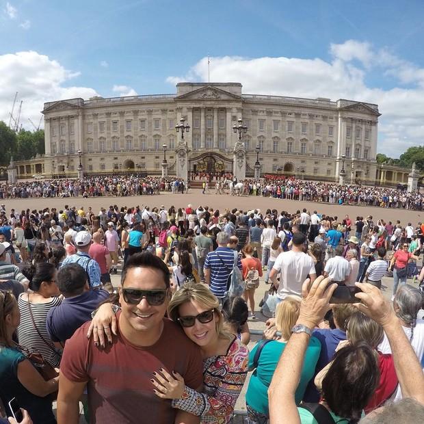 Carla Perez e Xanddy assistem à troca da guarda em Londres (Foto: Reprodução/Instagram)