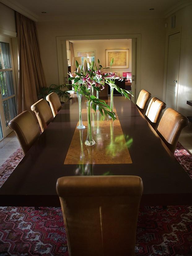A sala de jantar com flores (Foto: Marcio Scavone)