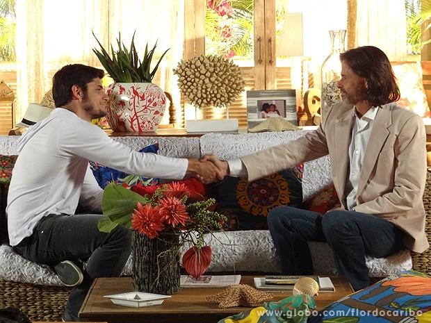 Juliano e Reinaldo se entendem (Foto: Flor do Caribe / TV Globo)