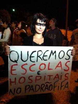 Manifestantes fazem passeata contra passagem de ônibus em Valinhos (Foto: Helen Sacconi/EPTV)