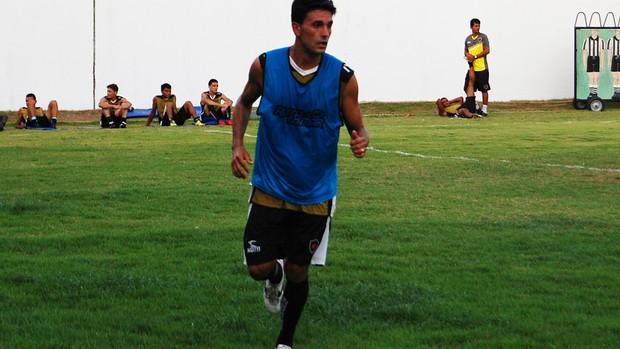 Celico, lateral-esquerdo do Botafogo-PB (Foto: Lucas Barros / Globoesporte.com/pb)