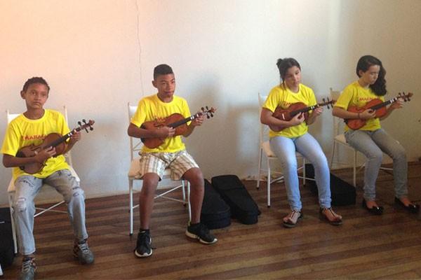 Crianças que participam do projeto aprendem instrumentos de orquestra, como viola de arco  (Foto: Rosana Caetano/Arquivo Pessoal)