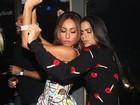 Anitta e Sabrina Sato usam vestidos curtinhos em festa em São Paulo