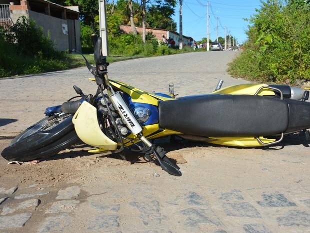 Homem morreu a 200 metros do local onde a moto caiu (Foto: Walter Paparazzo/G1)