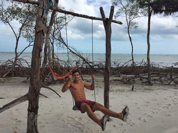 Paulo Dalagnoli se diverte em balanço no mangue seco (Foto: Ego )