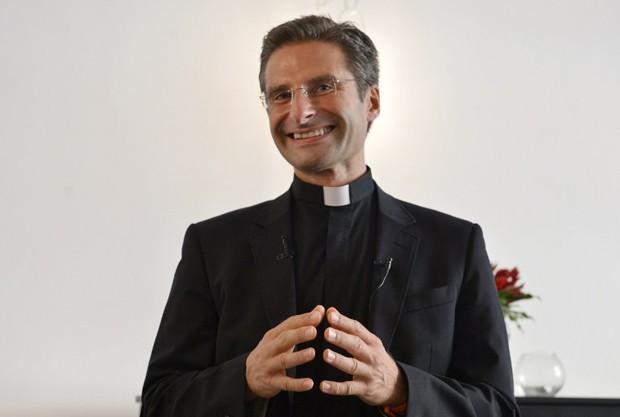 Padre polonês Krysztof Olaf Charamsa revelou ser gay neste sábado  (Foto: Tiziana Fabi / AFP)