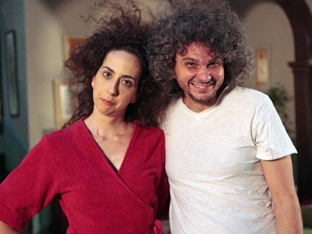 Marianna Armellini posa ao aldo do técnico de captação de som, Ricardo Knupp (Foto: Guerra dos Sexos / TV Globo)