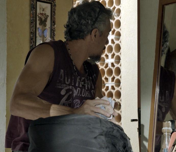 Juca tem cuidado e faz tudo escondido (Foto: TV Globo)