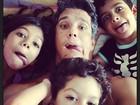Márcio Garcia faz farra na cama com os filhos