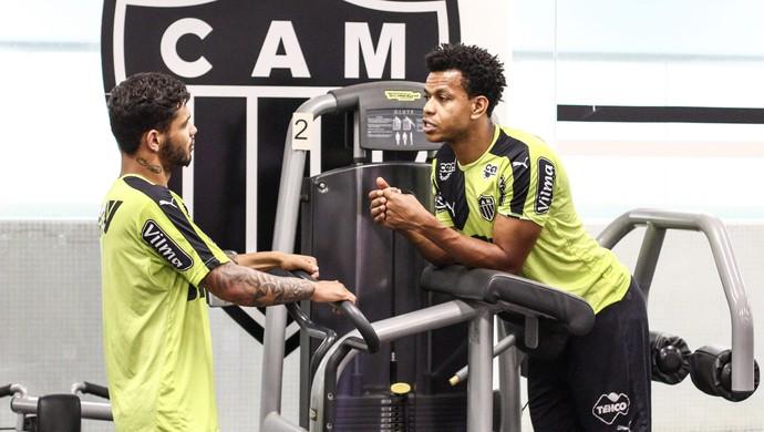 Edcarlos e Carlos conversam na Cidade do Galo (Foto: Bruno Cantini/Flickr do Atlético-MG)
