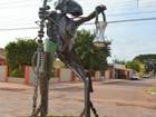 Após pressão, prefeito irá substituir estátua 'do coisa ruim' por Bíblia
