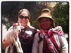 Susana Vieira segura um cabritinho em passeio por Machu Picchu