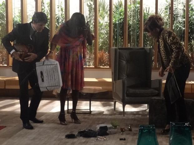Bolsa cai no chão e revela todos objetos roubados pela pilantra (Foto: Geração Brasil/TV Globo)
