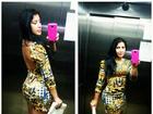 Priscila Pires faz selfie no elevador e mostra silhueta fininha