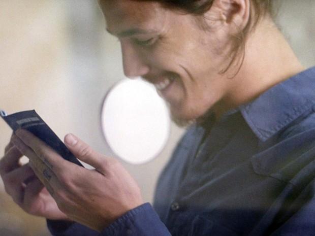 O malandro fica todo serelepe ao ver o documento (Foto: TV Globo)