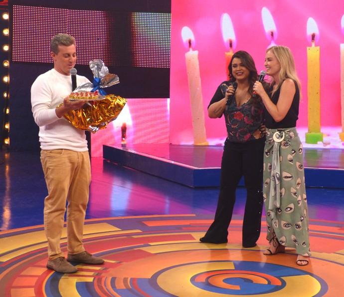 Angélica e Preta Gil fazem surpresa de aniversário para Luciano Huck no 'Caldeirão' (Foto: Gabriela Bispo/Gshow)