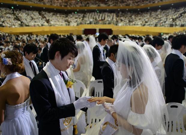 Casamento coletivo na Coreia do Sul (Foto: Ed Jones/AFP)
