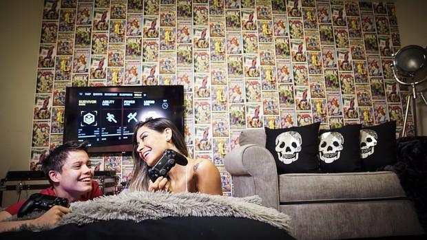 Mayra Cardi joga videogame com Lucas (Foto: Luan Assis/Divulgação)