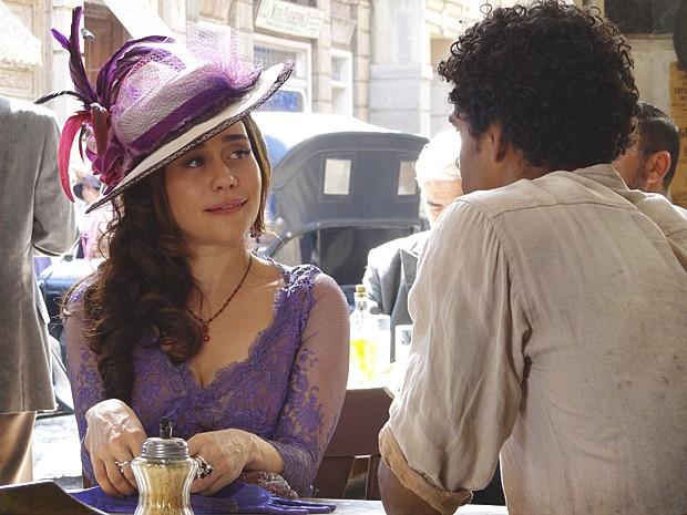 Catarina e Caniço se aproximam durante conversa no bar (Foto: Lado a Lado / TV Globo)