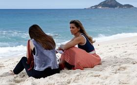 Deborah Secco e Alessandra Negrini gravam cenas na praia