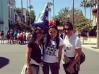 Com mãe e madrinha, Anitta se diverte na Disney: 'É dia de parque'